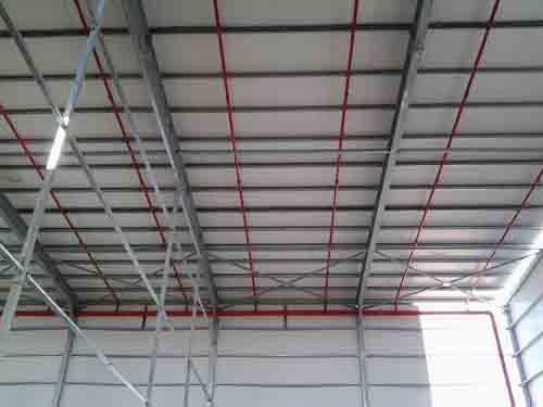 תמונה של גג קל עם קונסטרוקציית פלדה במבנה תעשייה שתוכנן על ידי בצת